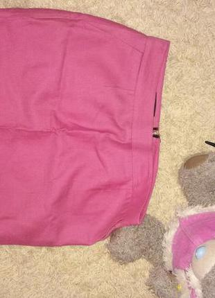 Яркая розовая джинсовая юбка