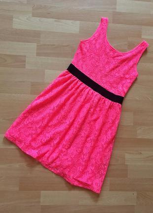 Яркое короткое гипюровое платье
