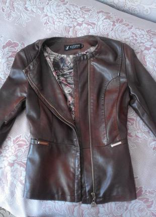 Женская курточка из искусственной кожи коричневого цвета