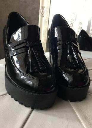 Лаковые ботинки на удобном каблуке