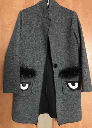 Серое пальто с натуральным мехом