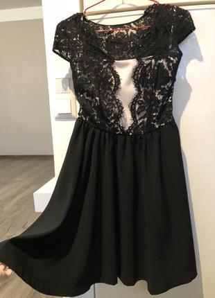 Кружевное платье средней длины