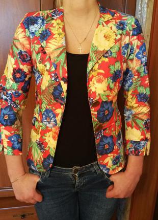Яркий пиджак с цветочным принтом