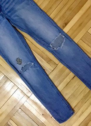 Джинсы h&m с дырками на коленях и высокой талией