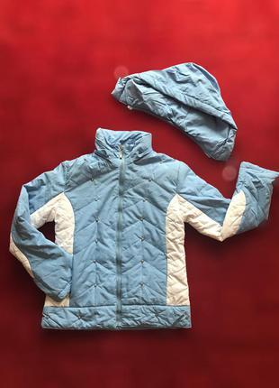 Небесно голубая с белыми вставками лёгкая стёганная куртка на стойке с капюшоном