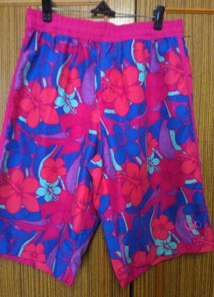 Яркие шорты с актуальным принтом-гавайскими цветами