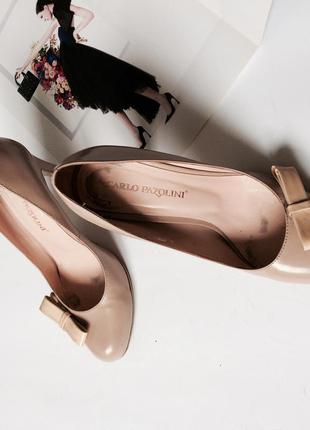 Туфли на среднем тонком каблуке