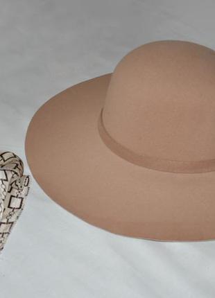 Бежевая широкополая шляпа, платок в подарок