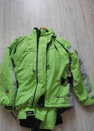 Яркий лыжный костюм salomon