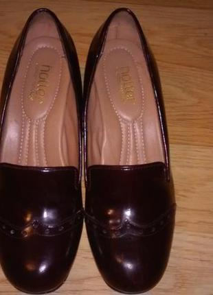 Каштановые кожаные туфли лоферы на каблуке