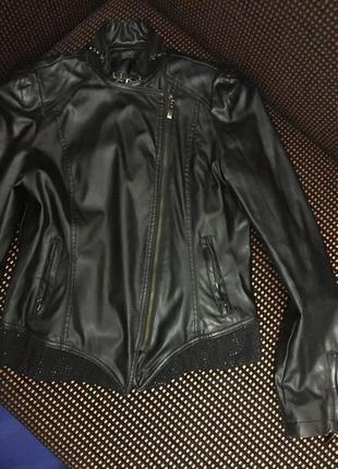 Очень красивая куртка из кожзама с чёрными стразами