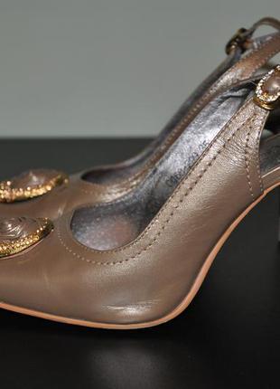 Нарядные кожаные туфли на тонкой шпильке