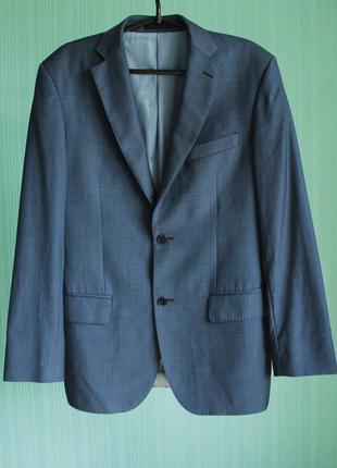 Мужской пиджак серо-синего цвета.