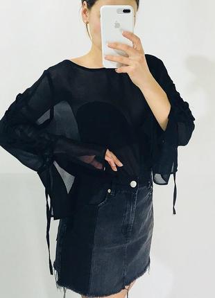 Блуза с расклешенным рукавом на шнуровке