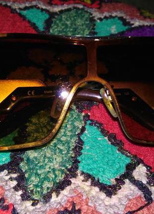 Очки в золотой оправе с коричневыми стеклами