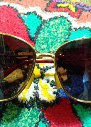 Коричневые очки в золотой оправе