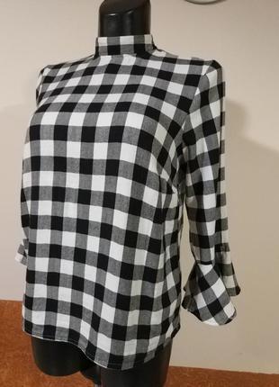 Фирменная качественная стильная блуза в клетку с рюшой на рукаве.