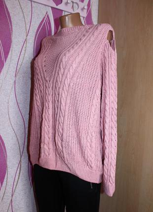 Объёмный свитер с вырезами на плечах