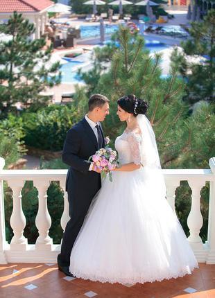 Стильное свадебное платье с кружевом и открытыми плечиками