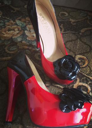 Коасивые туфли на высоком каблуке
