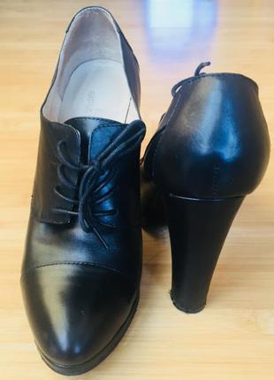 Кожаные туфли на каблуке braska