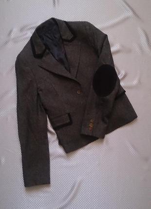 Коричневый пиджак с лацканами на локтях и баской
