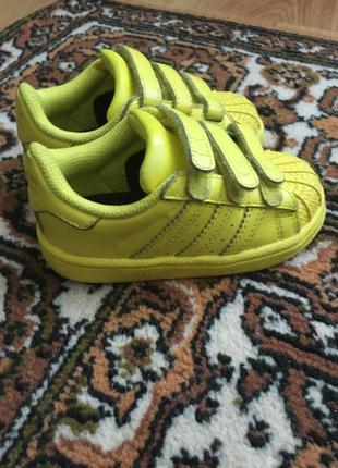 Яркие кроссовки adidas