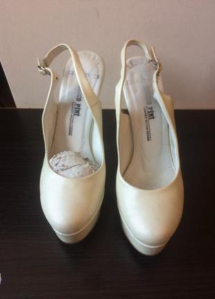 Белые молочные кожаные босоножки  marco pini р.36