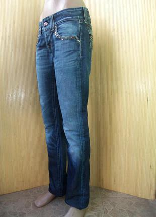Крутые джинсы с потёртостями и заклепками