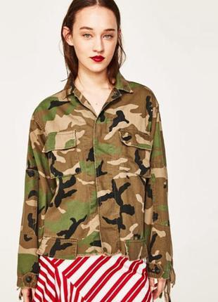 Камуфляжная куртка с бахромой и заклепками zara2