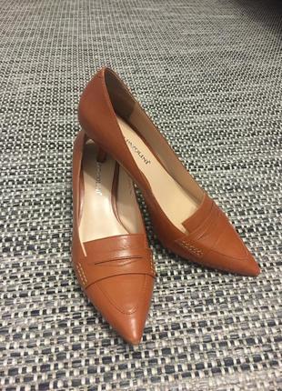 Кожанные туфли carlo pazolini идеальные на невысоком каблуке