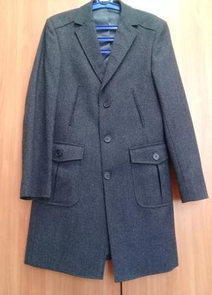Мужское пальто классическое серого цвета