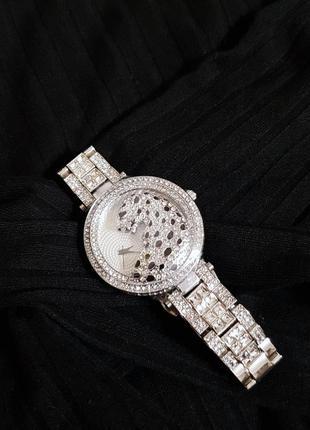 Новые часы украшение с камнями со стразами бриллиантами серебристые с леопардом