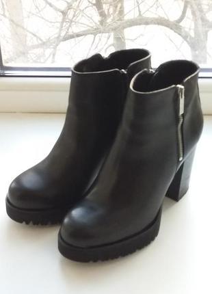 Крутые кожаные ботинки на толстом каблуке