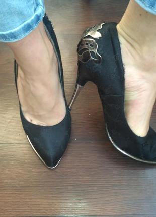 Эффектные туфли лодочки с железными задниками
