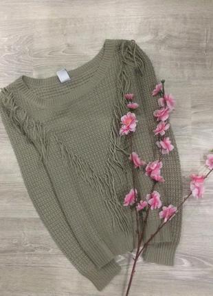 Красивый свитер с бахромой.