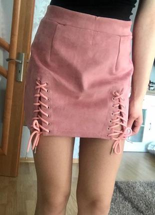 Короткая светло-розовая юбка со шнуровкой