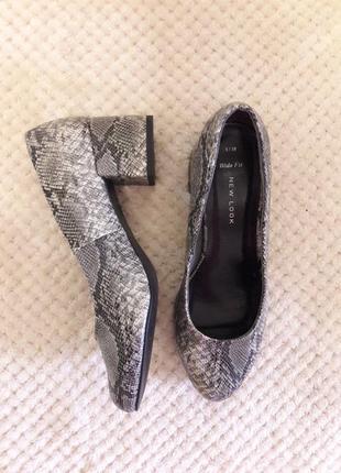 Актуальные туфли на широком устойчивом каблуке анималистической расцветки