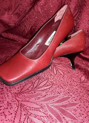 Кожаные красные туфли