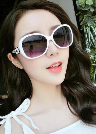 Красивые женские солнцезащитные очки в стиле ретро в белой оправе