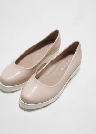 036265aa8aa3 Женские бежевые лаковые туфли (балетки) на белой тракторной подошве