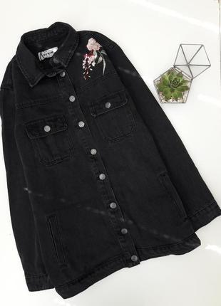 Идеальная черная удлиненная джинсовка с вышивкой