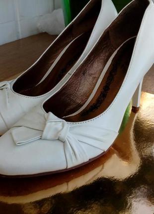 Шкіряні білі туфлі