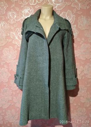 Роскошное шерстяное пальто актуального а-силуета от известного бренда