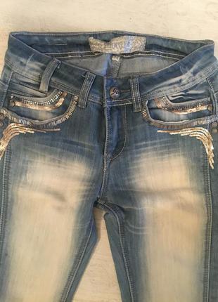 Голубые джинсы с вышивкой бисером jennyfer
