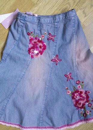 Детская джинсовая юбка украшенная вышивкой