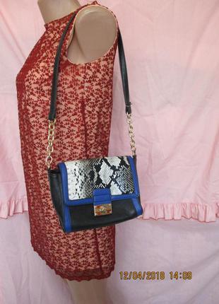 Оригинальная сумочка со змеиным принтом/синие вставки