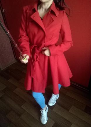 Качественное,ярко красное пальто интересного кроя south