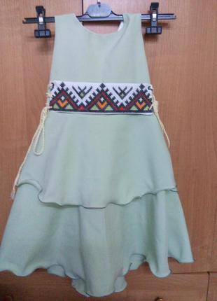 Платье детское оливкового цвета с корсетным поясом вышивка  крестиком