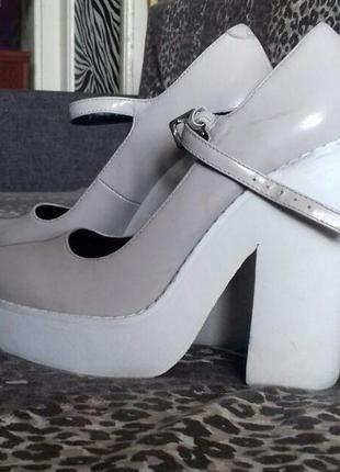 Крутенные туфли на высоком каблуке и на высокой подошве